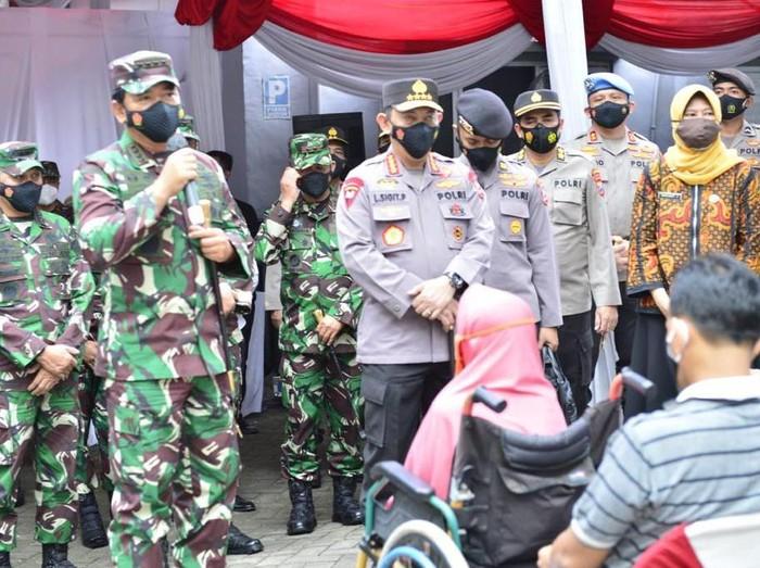 Panglima TNI Marsekal Hadi Tjahjanto dan Kapolri Jenderal Listyo Sigit Prabowo di Surabaya