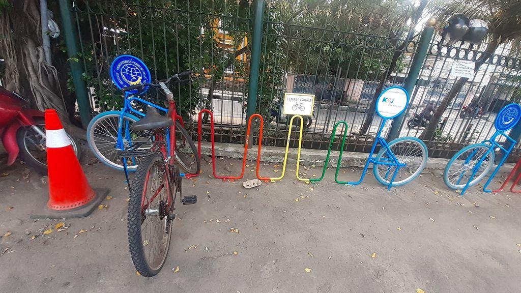 Parkir sepeda di Stasiun Tebet, Kamis (18/3).