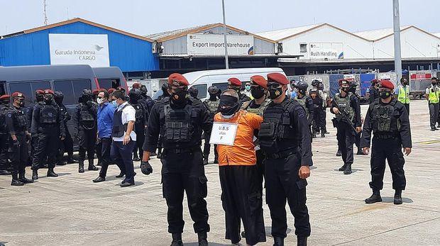 Penampakan Fahim terduga teroris asal Jatim saat tiba di Soetta (Rahmat Fathan-detikcom)