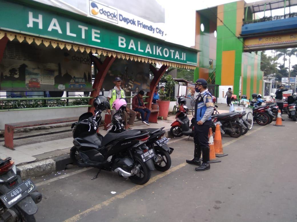 Penertiban parkir liar dekat JPO Balai Kota Depok-halte Balaikota, 18 Maret 2021. (Dok Dishub Depok)
