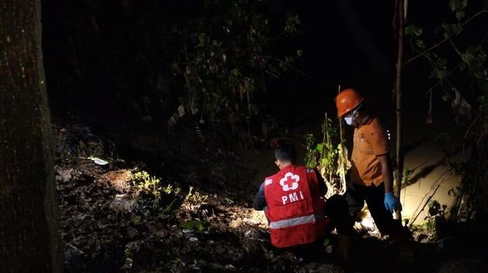 Petugas melakukan evakuasi mayat janin bayi di Bengawan Solo, Sragen, Kamis (18/3/2021).