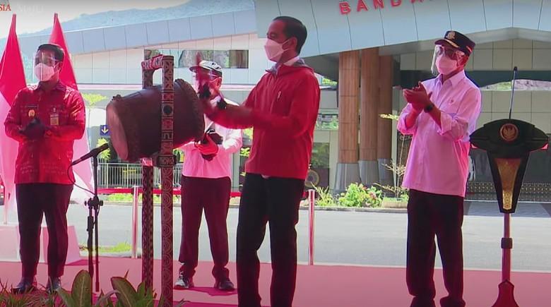 Presiden Jokowi saat meresmikan Bandara Tana Toraja dan Bandara Pantar, Alor, NTT (Tangkapan layar siaran langsung Sekretariat Presiden).