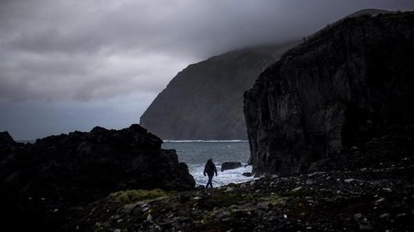 Terletak ratusan kilometer dari benua Eropa, Corvo, pulau terkecil di Azores yang didominasi oleh kawah vulkanik dan dihiasi danau tampaknya telah lolos dari cengkeraman Covid-19.