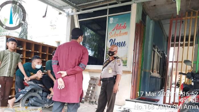 Puluhan guru di sebuah ponpes di Pekanbaru dilarikan ke RS karena diduga mengalami keracunan makanan (Dok Polsek Tampan)