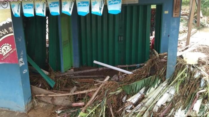Rumah warga rusak akibat bendungan di Cianjur jebol.