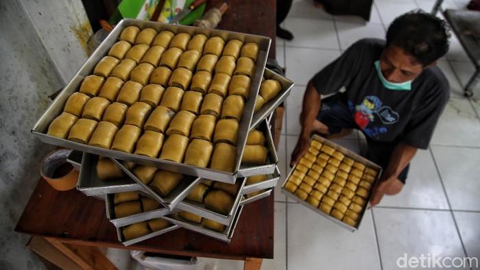 Kue pisang bolen jadi salah satu makanan khas andalan di Demak. Usaha panganan olahan pisang itu turut bantu memutar roda perekenomian warga di kawasan Demak.