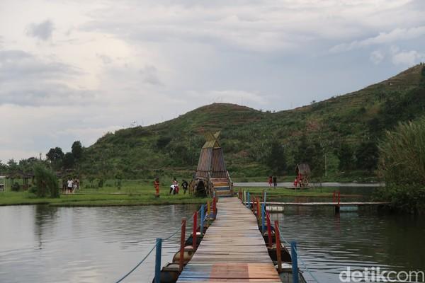 Untuk menarik wisatawan, Situ Rawa Gede punya jembatan apung warna-warni. (Bonauli/detikcom)