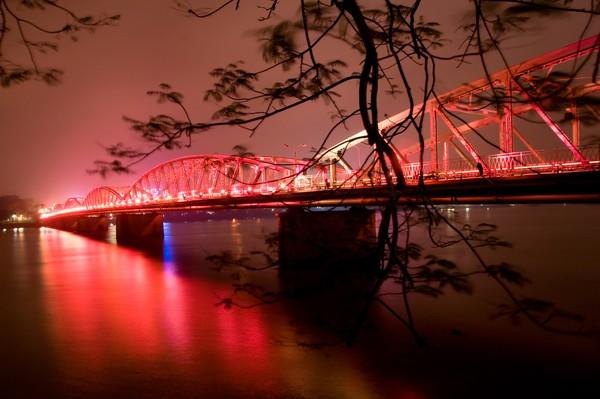 Jembatan di atas sungai akan mengeluarkan lampu kerlap-kerlip yang membuat sungai ini tambah romantis. (Getty Images/iStockphoto)