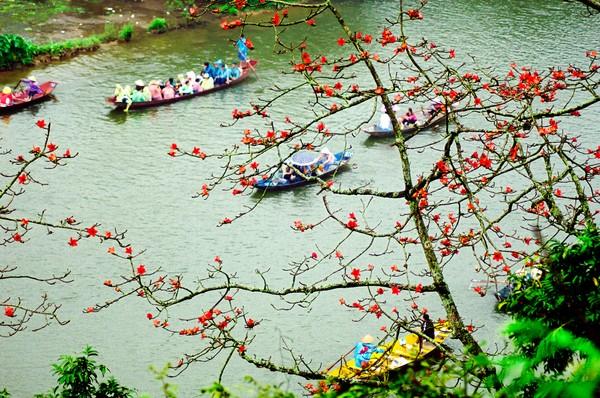 Bunga-bunga yang tumbuh di pinggir sungai mengendap dan teraduk dengan wewangian lain saat mengalir. Sehingga, sungai ini beraroma seperti minyak wangi. (Getty Images/iStockphoto)