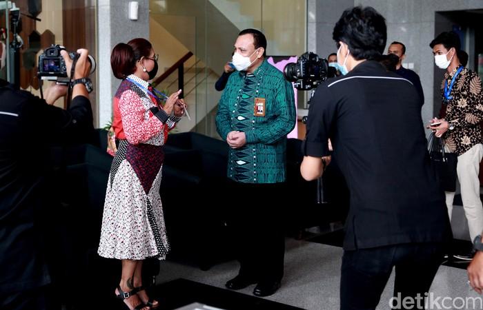Mantan Menteri Kelautan dan Perikanan Susi Pudjiastuti sambangi gedung KPK. Ia kenakan pakaian batik dan masker hitam saat datangi kantor lembaga antirasuah itu