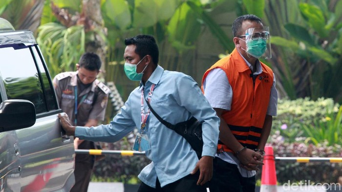 Mantan Menteri KKP, Edhy Prabowo kembali diperiksa kasus suap terkait perizinan ekspor benih lobster. Edhy tampak memakai rompi tahanan dengan tangan diborgol.