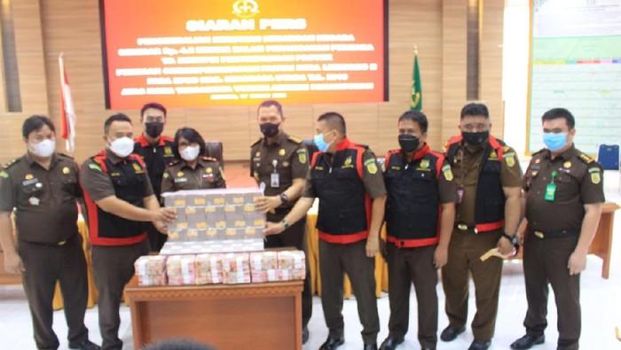 Kejaksaan Tinggi Sulawesi Utara (Sulut) menetapkan eks Bupati Minahasa Utara (Minut) Vonnie Anneke Panambunan tersangka dalam kasus dugaan tindak pidana korupsi proyek pemecah ombak. Vonnie Anneke Panambunan kemudian mengembalikan uang senilai Rp 4,2 miliar (M).