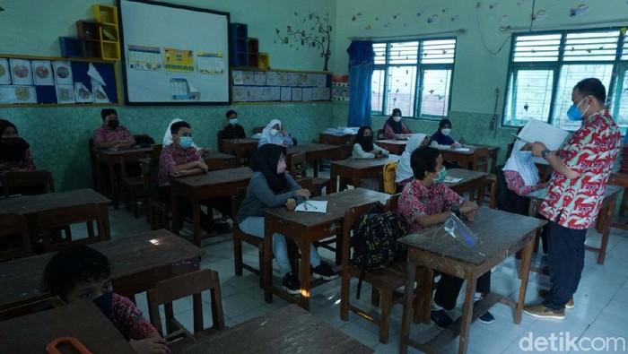 Uji coba sekolah tatap muka di SD Negeri 9 Boyolali, Jawa Tengah, Kamis (18/3/2021).