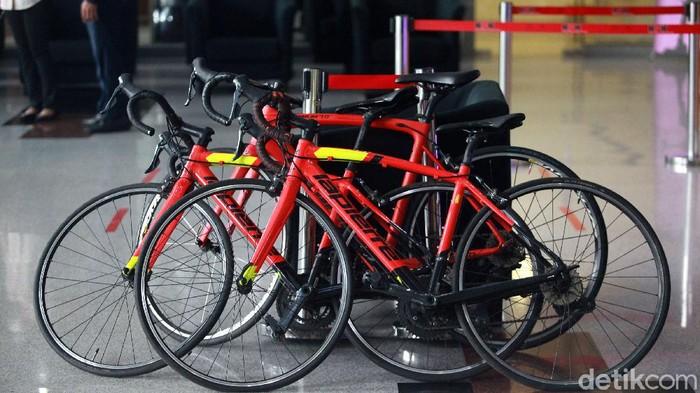 Sebanyak 13 sepeda balap merek Lapierre berwarna merah milik Edhy Prabowo disita KPK. Berikut foto-foto terkininya!