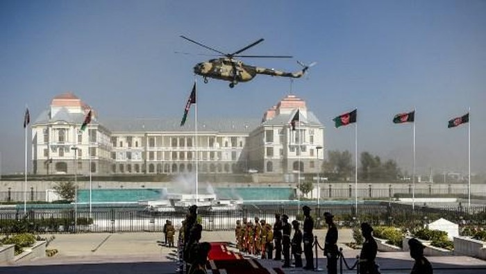 An Afghan Air Force helicopter flies over ahead of the arrival of Afghanistans President Ashraf Ghani for the introduction of ministerial nominees at the Parliament in Kabul on October 21, 2020. (Photo by WAKIL KOHSAR / AFP)