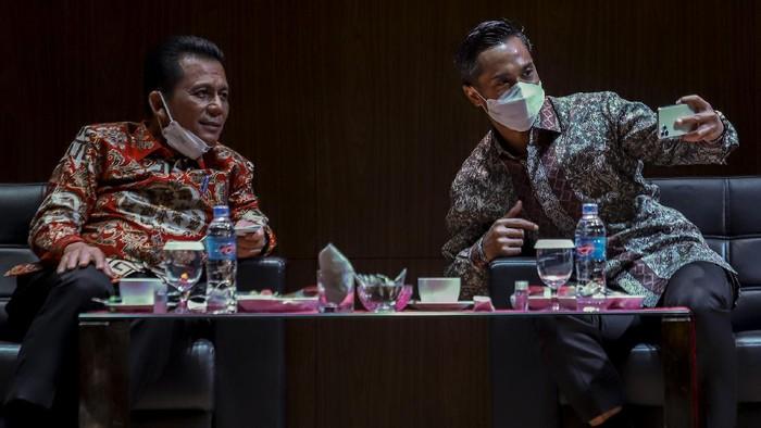Ketua Umum Bidang organisasi,Keanggotaan dan Pemberdayaan daerah Kamar Dagang dan Industri Indonesia (KADIN) Anindya Novyan Bakrie(kanan kedua)  bersama Gubernur Kepulauan Riau (Kepri) Ansar Ahmad(kiri kedua )dan Ketua Umum Kamar Dagang dan Industri Indonesia (KADIN)Kepulauan Riau (Kepri) Akhmad Maruf Maulana (kiri) memberikan pemaparaan saat Dialok Ekonomi di Hotel Aston,Batam,Kepulauan Riau, Kamis (18/3/2021)Selain untuk mempererat tali silaturahmi dialog ekonomi ini juga diharapkan mampu menciptakan dan meingkatkan pertumbuhan ekonomi dalam mengembangkan potensi daerah khususnya di Sumatera pada masa pendemi Covid-19.