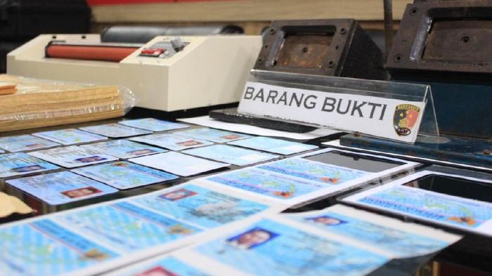 Barang bukti e-KTP palsu yang disita polisi dari tersangka MR. Foto dikirim Kapolres AKBP Putu Kholis Aryana
