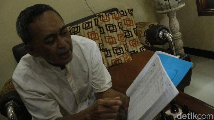 Dadang Subur pamer catatan langkah dalam bukunya. (Foto: detikcom/Yudha Maulana)