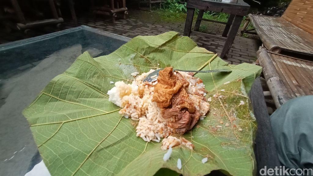 Jajan Nasi Jangkrik yang Gurih Sedap di Angkringan Kidul Sucen