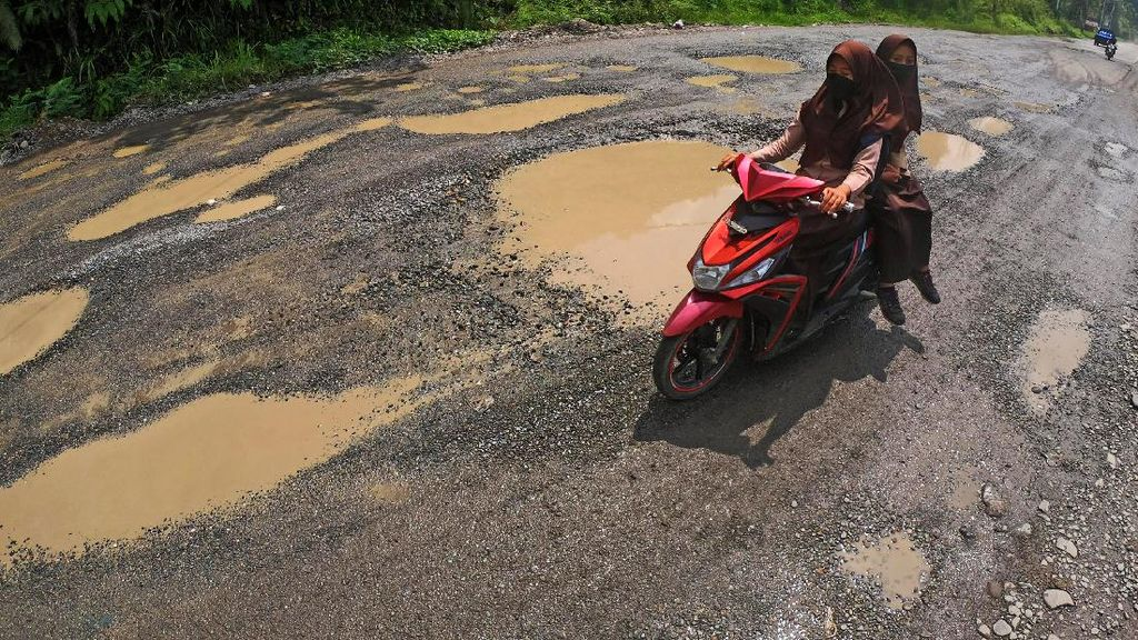 Jalan Lintas Sumatera di Sijunjung Rusak