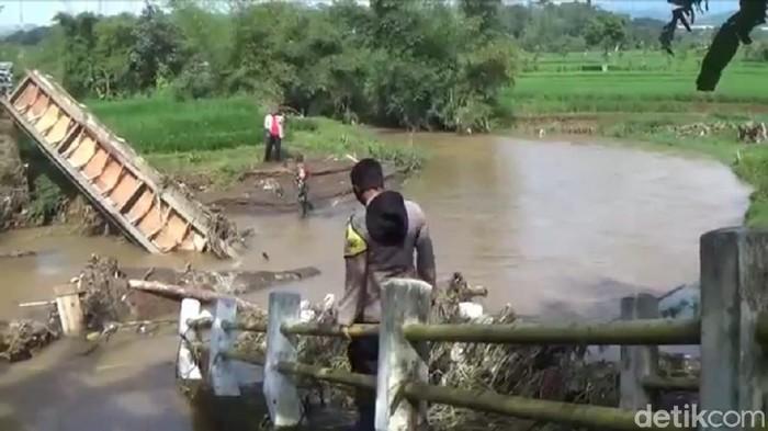 Jembatan penghubung tiga desa di Sumedang ambruk