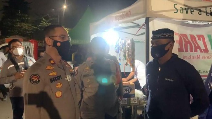 Kapolsek Pulo Gadung Kompol Beddy Suwendi melakukan kunjungan ke lokasi pengungsian