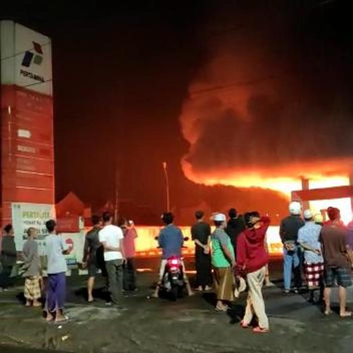 Kebakaran terjadi di sebuah SPBUdi Jalan Mayjen Sungkono, Kota Malang. Dalam kebakaran tersebut, ada dua kendaraan yang ikut terbakar.