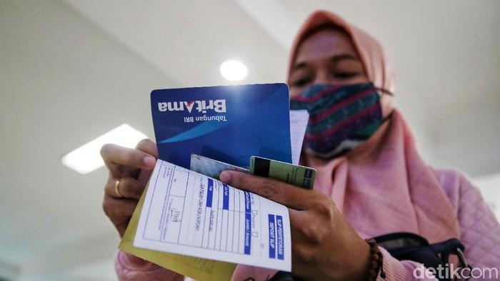 Sejumlah pegawai melayani nasabah di kawasan Bank BRI Unit Wedung dan Kantor Cabang Bank BRI Demak, Jawa Tengah, Senin (1/3). Selama pandemi COVID-19, Bank BRI Demak tetap melakukan pelayanan kepada nasabah dengan maksimal guna memberikan pelayanan yang memuaskan kepada masyarakat