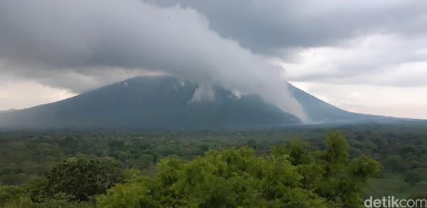 Gunung Baluran pun terlihat jelas dari sini.