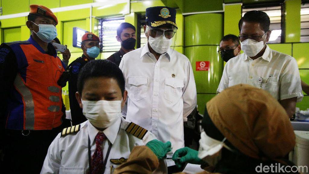 1.052 Pekerja Transportasi Vaksinasi COVID-19 di Stasiun Gambir
