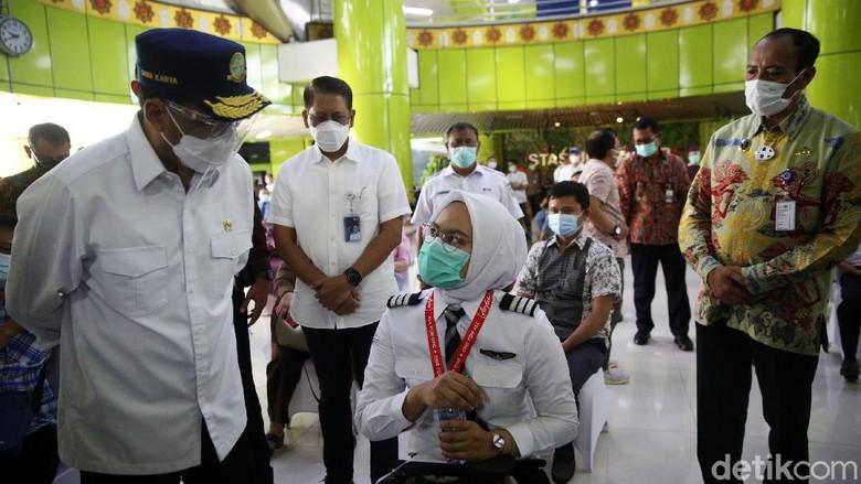 Menteri Perhubungan Budi Karya Sumadi meninjau vaksinasi COVID-19 terhadap pekerja transportasi di Stasiun Gambir, Jakarta, Jumat (19/3/2021). Ada sekitar 1.052 orang yang menjalani vaksinasi hari ini.