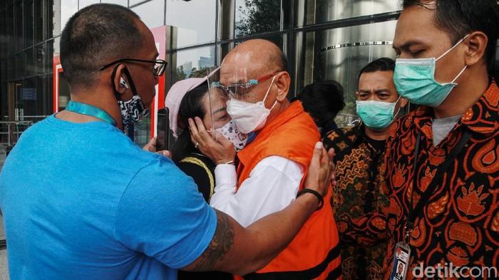 Direktur PT Agung Perdana Bulukumba, Agung Sucipto disapa sejumlah keluarganya saat jalani pemeriksaan di KPK.