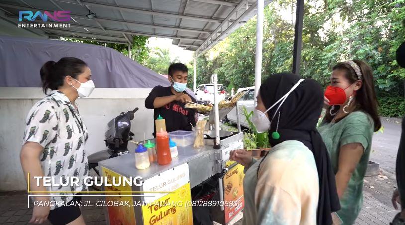Bantu Pedagang Kecil, Nagita Slavina Borong Jajanan SD Segerobaknya