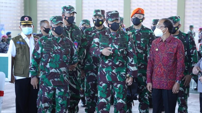 Panglima TNI Marsekal Hadi Tjahjanto meninjau vaksinasi di Bali (Foto: dok. TNI)