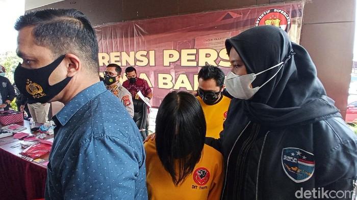 Polisi mengungkap kasus video porno di sebuah hotel di Bogor. Konten video mesum yang diproduksi pasangan kekasih itu dijual ke situ porno. Hal itu disampaikan oleh Kabid Humas Polda Jawa Barat Kombes Erdi A Chaniago di Mapolda Jabar, Jalan Soekarno-Hatta, Kota Bandung, Jumat (19/3/2021).