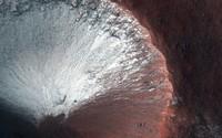 Kawah kecil berukuran 1 kilometer yang terletak di belahan Mars selatan.