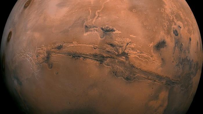 South of Valles Marineris merupakan daerah kuno yang ditutupi oleh banyak kawah tubrukan.
