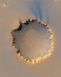 Kawah Victoria punya diameter sekitar 800 meter  telah menjadi tempat asal Mars Exploration Rover Opportunity selama lebih dari 14 dari 46 bulan pertama penjelajah di Mars.
