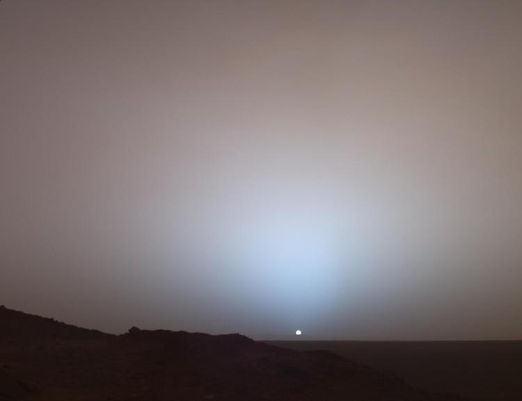 Pada tanggal 19 Mei 2005, Mars Exploration Rover Spirit milik NASA menangkap pemandangan yang menakjubkan ini saat Matahari tenggelam di bawah tepi kawah Gusev di Mars. Mosaik Panoramic Camera (Pancam)