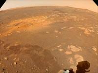 Diambil pada 5 Maret 2021, gambar dengan warna kalibrasi dari kamera navigasi di atas rover Perseverance.