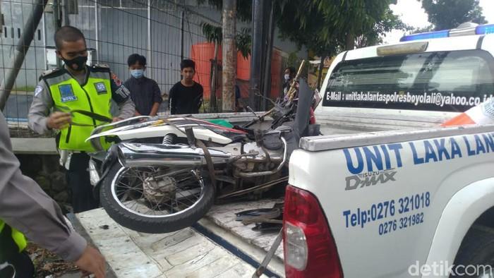 Polisi mengevakuasi sepeda motor korban yang terlibat kecelakaan dengan truk di jalan Perintis Kemerdekaan, Boyolali, Jumat (19/3/2021).