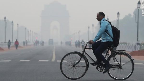 Angka polusi di New Delhi ini sebenarnya sudah mengalami kerumunan sebesar 11%. Ini karena sempat dilakukan lockdown nasional di India untuk mencegah penyebaran virus COVID-19.Foto: CNN