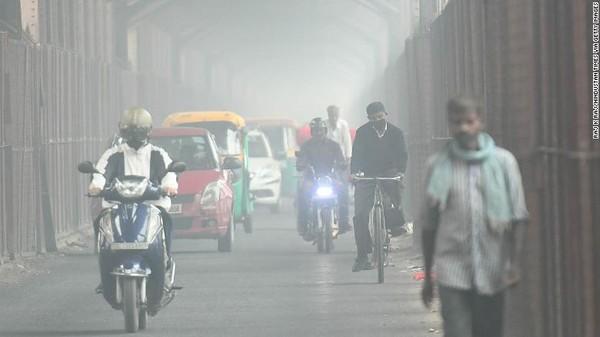Pada 2020, konsentrasi rata-rata tahunan PM2.5 dalam satu meter kubik udara adalah 84,1. Jumlah ini lebih besar dua kali lipat daripada polusi di ibu kota China, Beijing yang rata-rata tahunannya mencapai 37,5.Foto: CNN