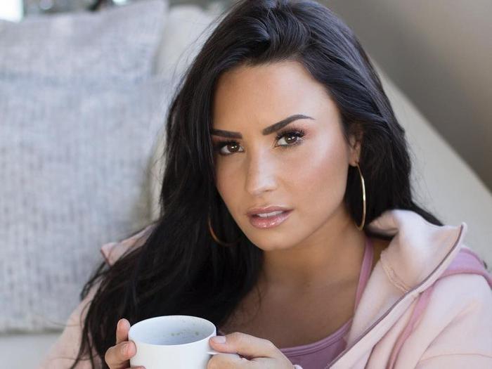 Potret Demi Lovato Saat Makan Buah hingga Ngemil Es Krim