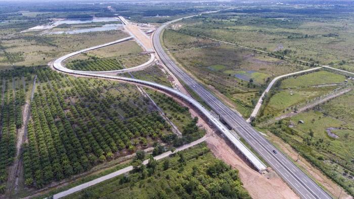 Sejumlah pekerja menyelesaikan proyek pembangunan jalan tol Trans Sumatera ruas Palembang-Bengkulu Seksi Indralaya-Prabumulih di Indralaya, Ogan Ilir (OI), Sumatera Selatan, Kamis (18/3/2021). Progres pembangunan Jalan Tol Palembang-Muaraenim ruas Indralaya-Prabumulih sepanjang 64,8Km tersebut sudah mencapai 30,4 persen dan ditargetkan rampung pada Semester II tahun 2022. ANTARA FOTO/Nova Wahyudi/aww.