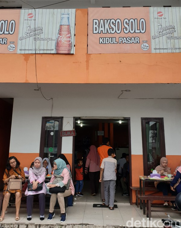 Memang, wisata kuliner satu pasti digemari begitu banyak orang. Lalu apa yang jadi unggulan dari Bakso Solo Kidul Pasar Malang, yakni rasanya masih sama sejak 1965.