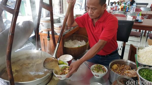 Wisata kuliner satu ini juga menjadi yang paling rekomen dikunjungi kalau traveler sedang berada di Malang, Soto Lombok.