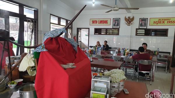 Soto Lombok ini memiliki rasa khas yakni segar, gurih, dan rasa terjaga dari puluhan tahun silam.