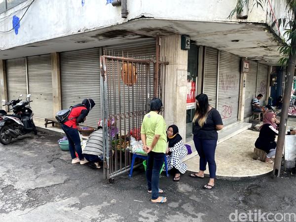 Traveler yang di Malang ingin mencari sarapan merakyat, maka destinasi wisata kuliner ini yang harus dicoba, yakni Nasi Buk Tuni