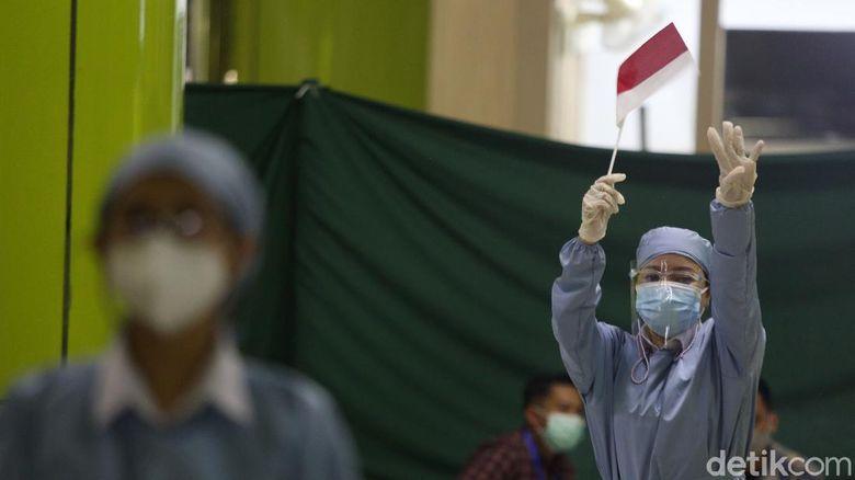 Pekerja bidang transportasi menerima vaksin COVID 19 di Stasiun Gambir, Jakarta, Jumat (19/3/2021). Sebanyak 1.052 pekerja dibidang transportasi menerima dosis pertama vaksin COVID 19.